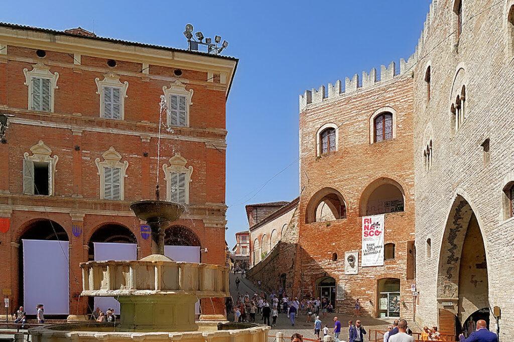 Fabriano_PiazzaDelComune3-2